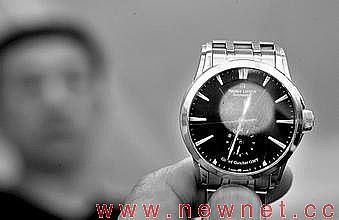 拿着手表说你们这样多久了